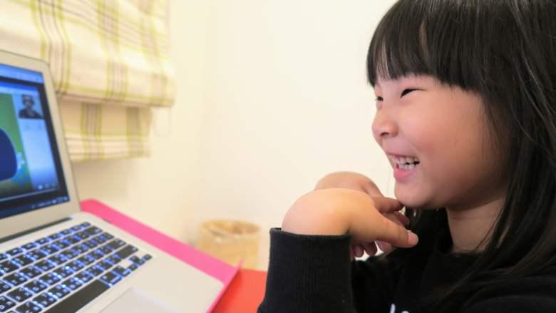 小娃看課前預習影片