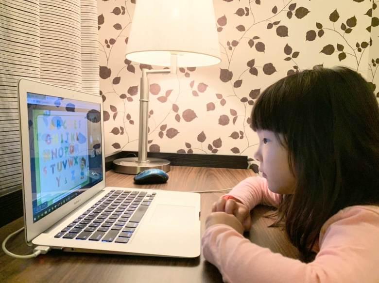 小娃看課程回放影片。