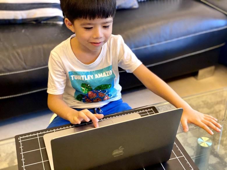 一對一的線上英語課程,讓他的注意力能集中在課堂內容上