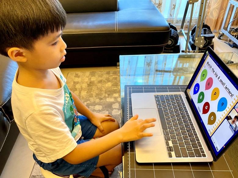 螢幕畫面會搭配豐富的圖片教材相當吸引孩子