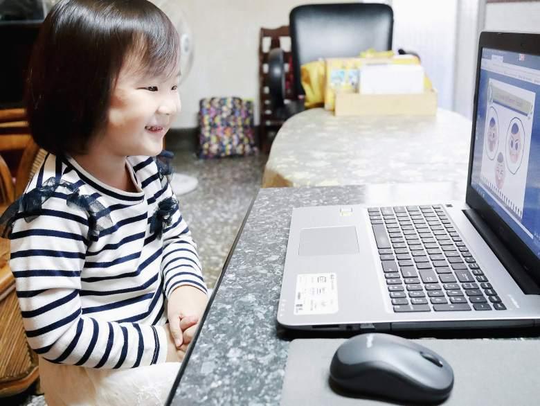 小妞開心地上英文課!