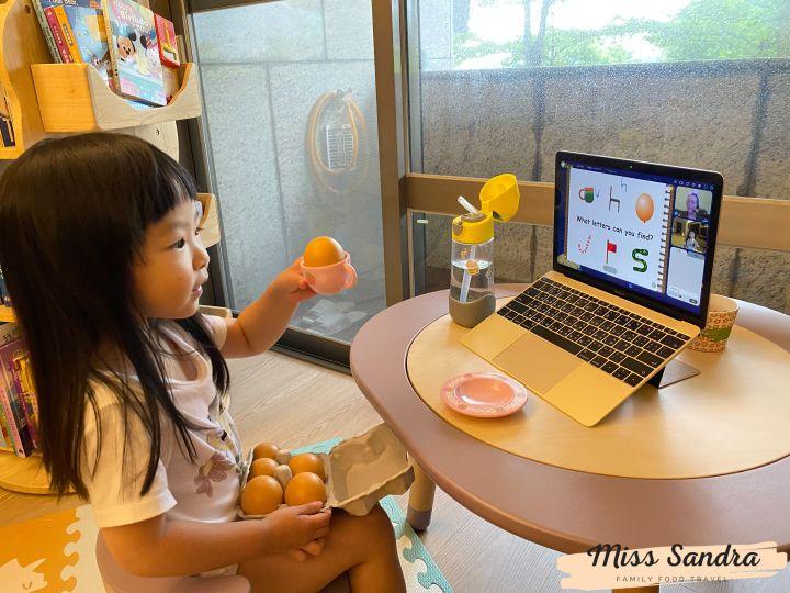 艾瑪拿自己的雞蛋跟老師分享