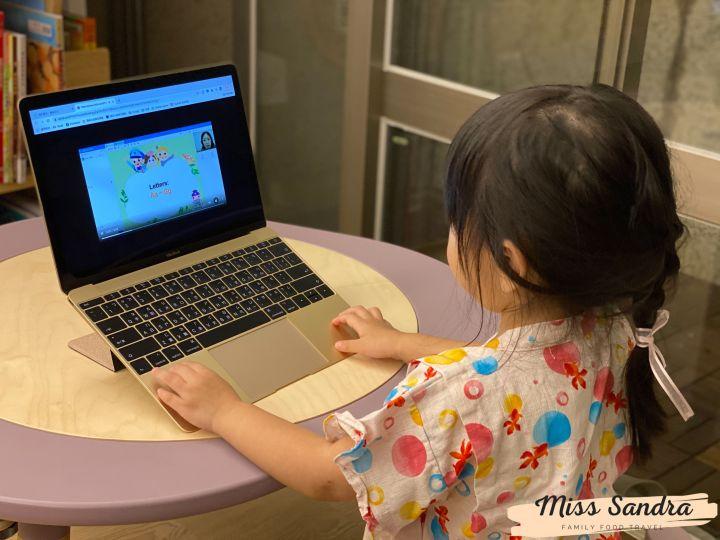 艾瑪認真看著課前預習影片