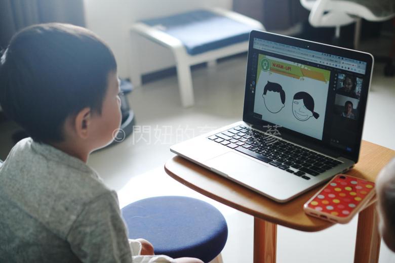 薑醬透過電腦畫臉給老師看。