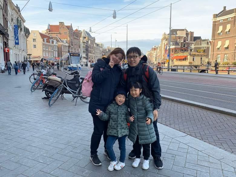Olivia一家人在歐洲街上合影