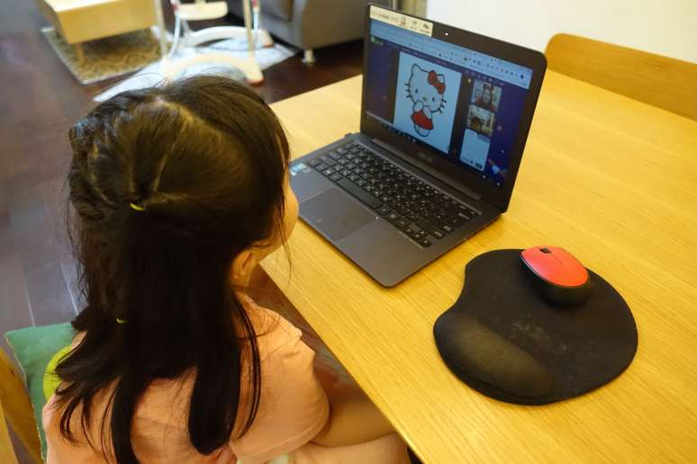 螢幕上更秀出小女生最愛的冰雪奇緣與 Hello Kitty
