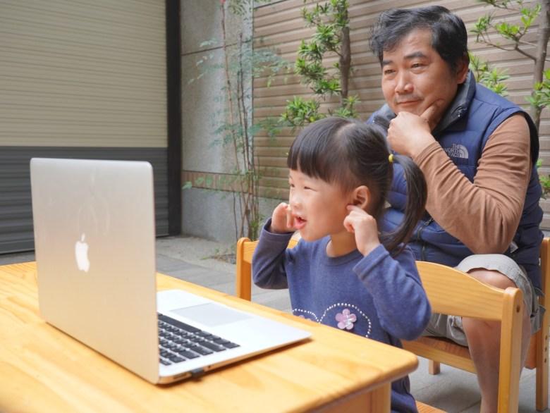 外公在一旁看著若蒂學英文