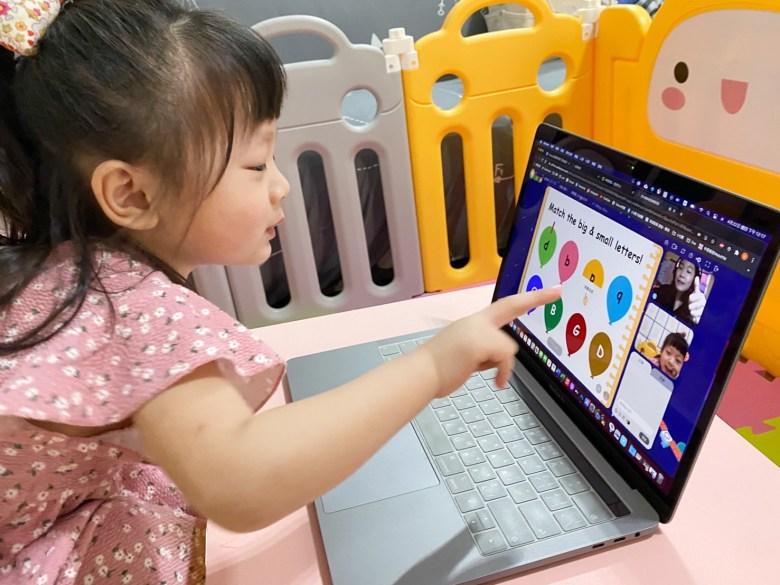 Q比學大小寫字母,用手指答案,老師給她比個讚
