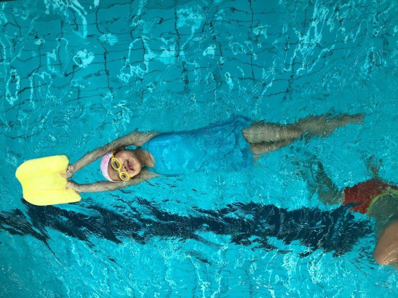 Annie開心的在泳池游泳