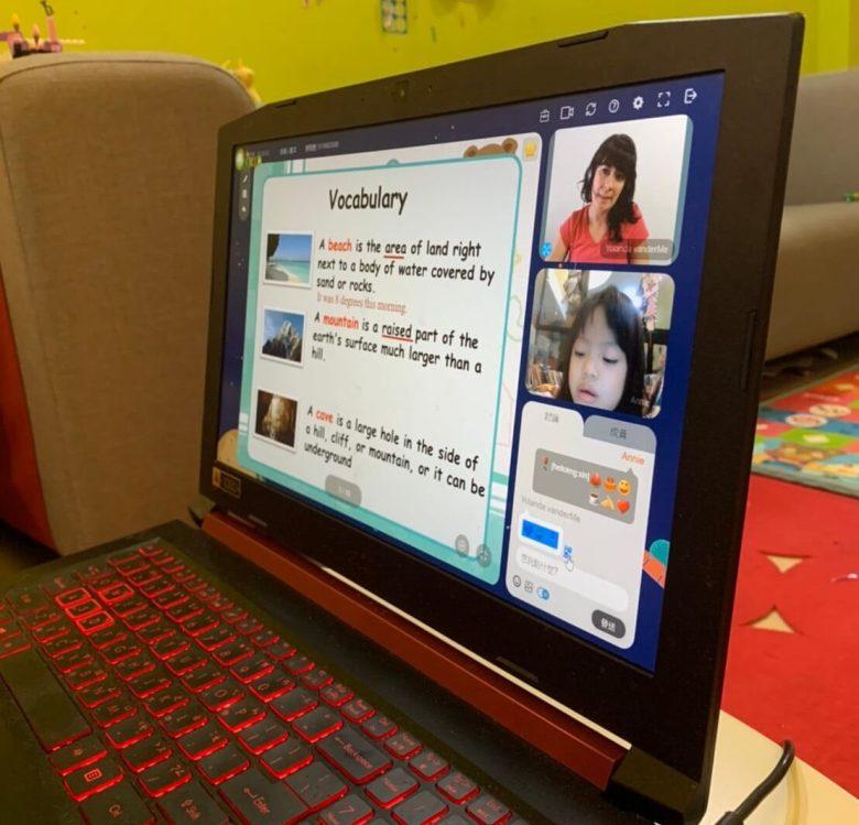 Annie與外師透過螢幕互動學習