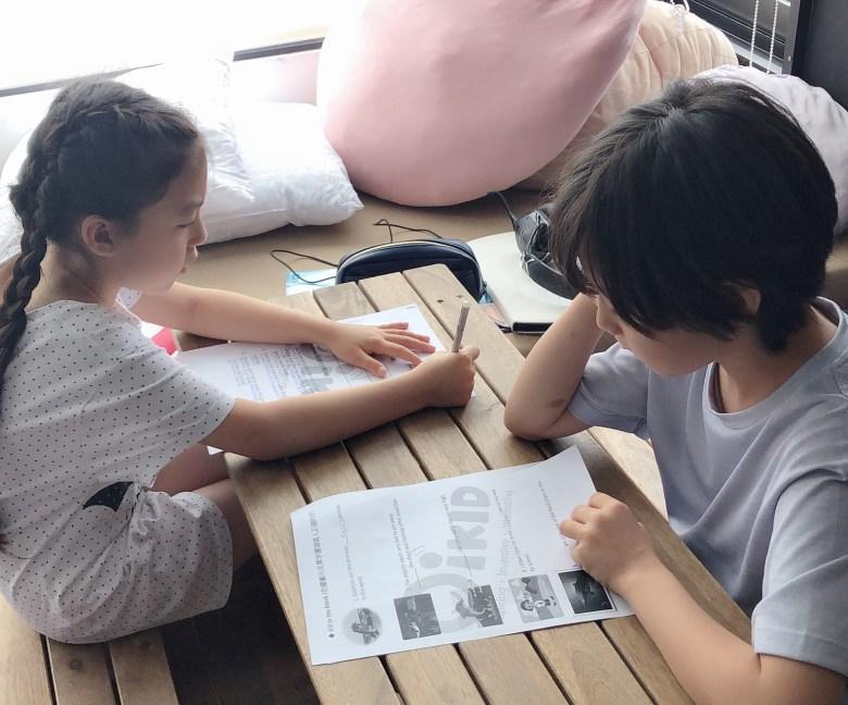 宇恩和宇芙將OiKID教材列印成紙本複習