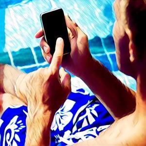 Hombre llamando por teléfono movil desde la piscina