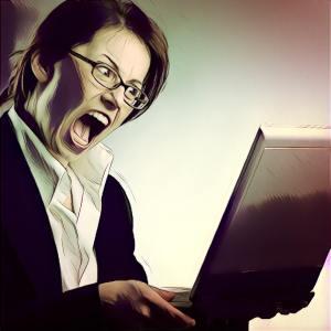 Mujer de negocios enfadada mirando ordenador portátil