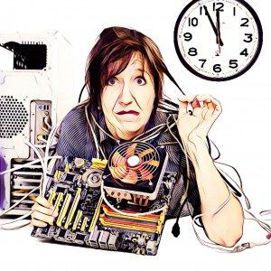 Mujer con ordenador roto a 5 minutos de empezar