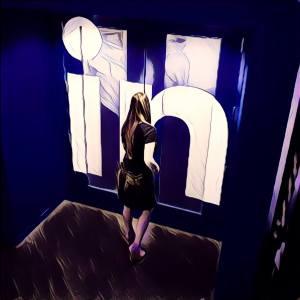 Mujer entrando en LinkedIn