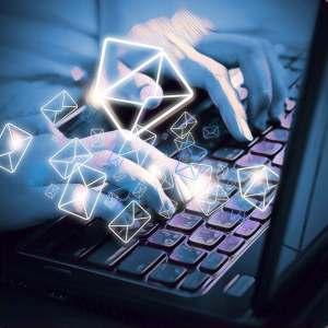 Manos escribiendo emails en teclado