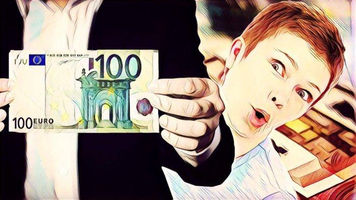 hombre con billete de 100 euros y mujer mirando