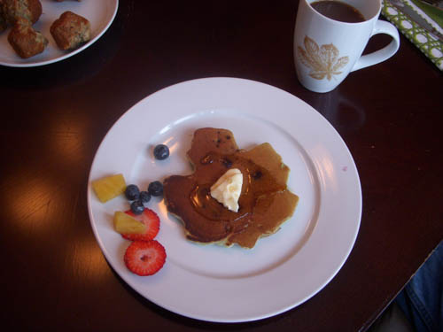 Maple leaf pancakes | www.learningmama.com