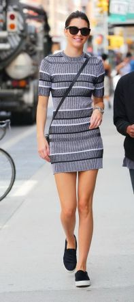 Vestido gris súper corto, y panchas comodísimas.