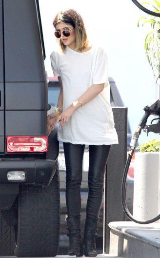 Remera blanca enorme y calzas de cuero.