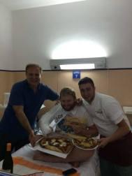 """Il """"mangiare"""" all'ospedale fa schifo. Ma io ho un amico speciale, Tommaso Esposito, che la prima sera si è presentato con Ciro Oliva della Pizzeria Oliva Concettina ai Tre Santi. Pizza, birra artigianale e 'na guantiera di fritture. Primi segni di anarchia culinaria."""