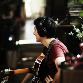 Victor à la guitare