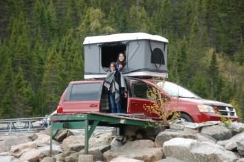 Tente de toit rigide sur Dodge Grand Caravan avec des baroudeuses