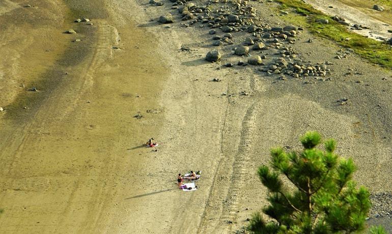 Vacanciers sur la plage de la flèche du littoral au croisement entre la Rivière Saguenay et le Fjord du Saguenay