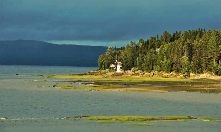 Rive sud du Fjord du Saguenay depuis La Baie avec un phare