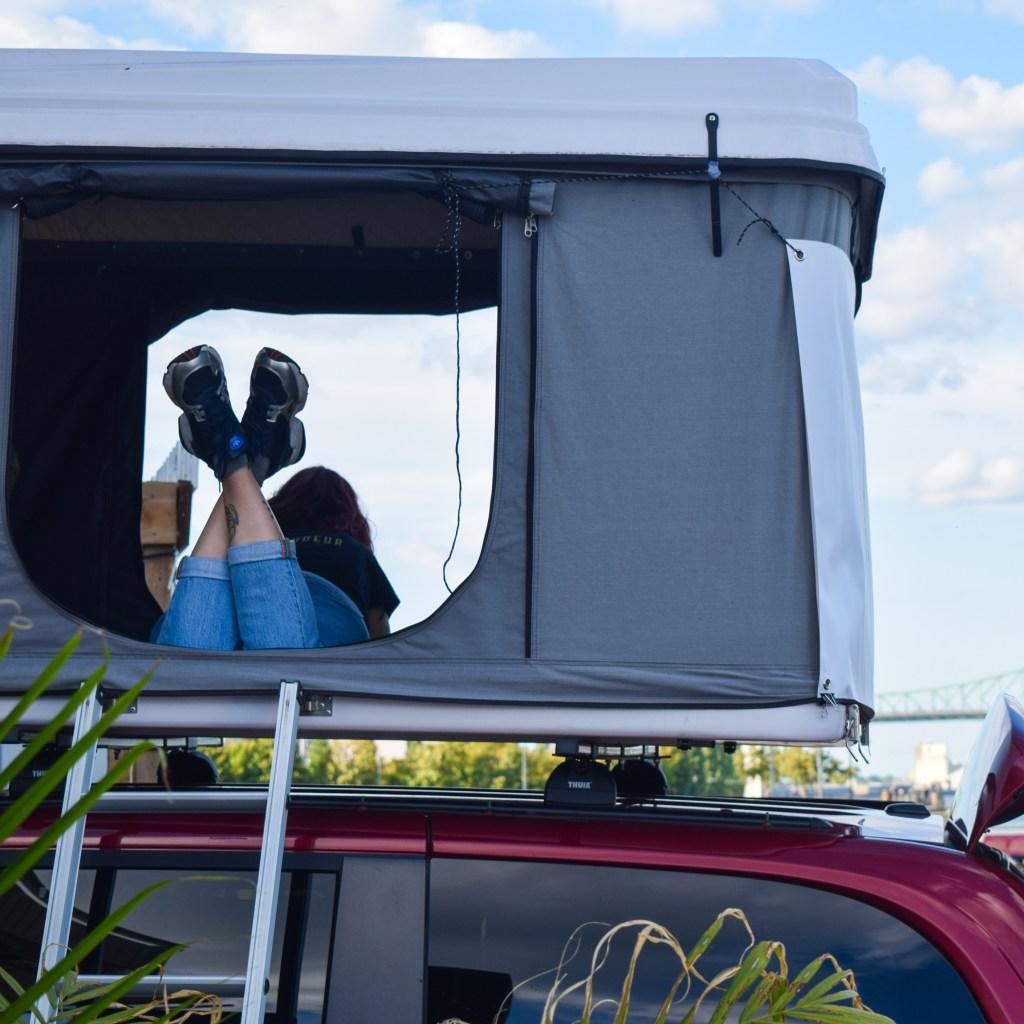 Location de tente de toit rigide avec le Baroudeur pour découvrir la vanlife !