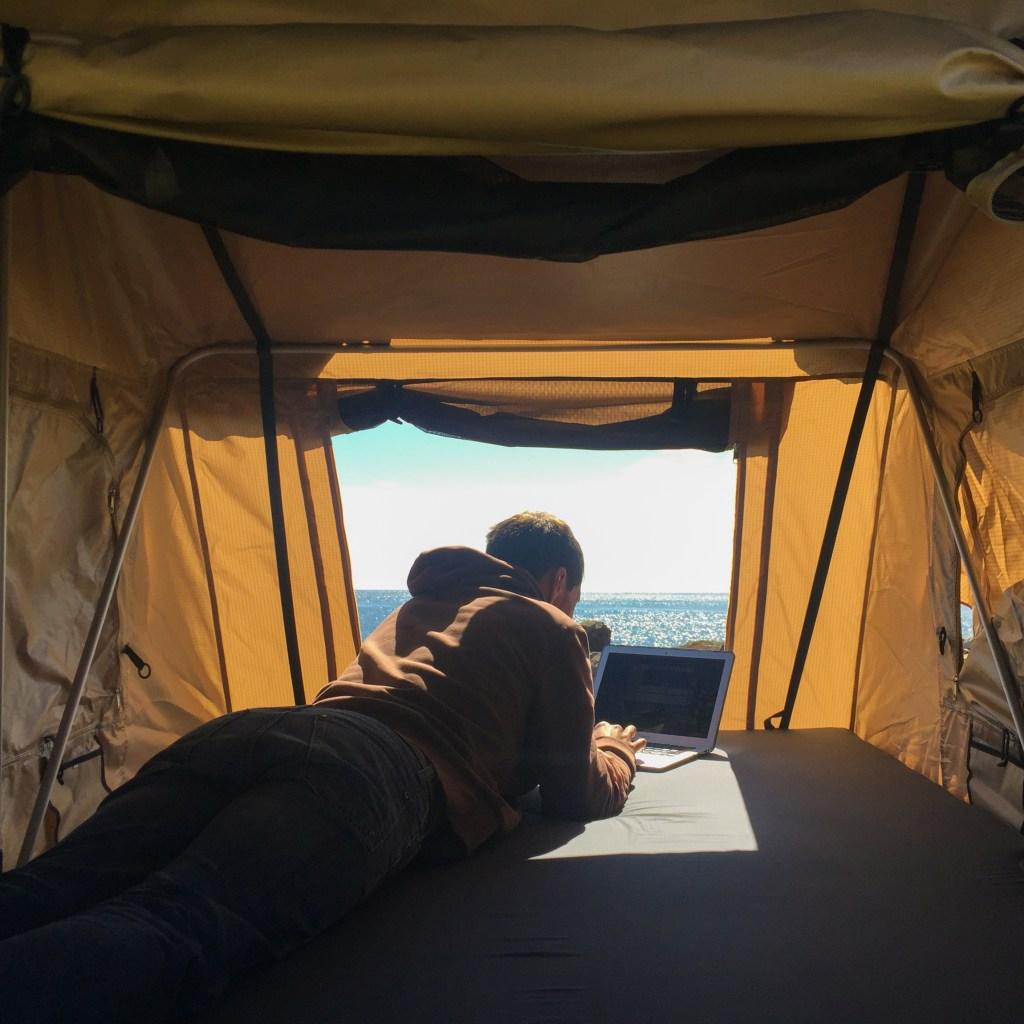 Location de tente de toit souple avec le Baroudeur pour découvrir la vanlife !