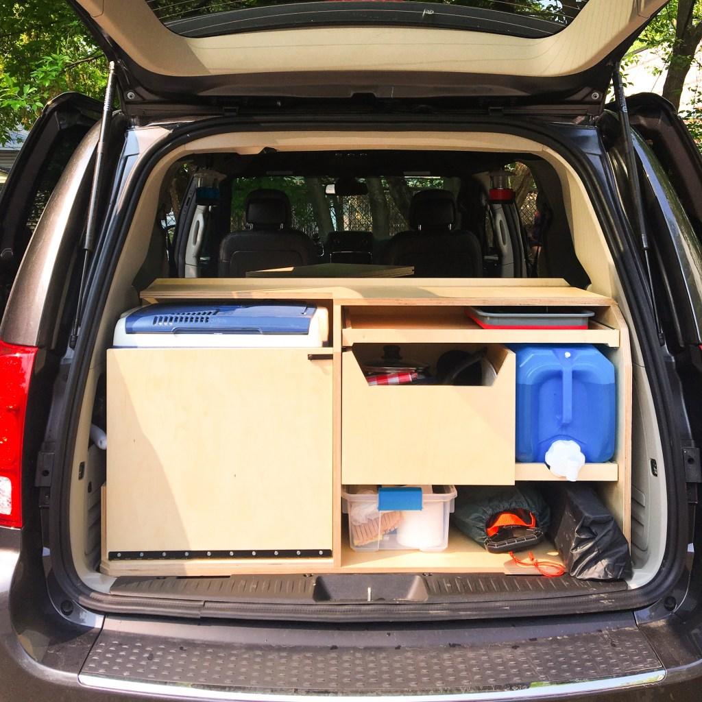 Cuisine à l'arrière du van avec un kit de conversion