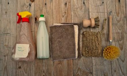 Mit sechs plastikarmen Reinigungsutensilien durch den Küchenalltag