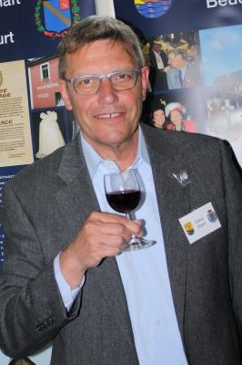 Der Vorsitzende Klaus Ebert genießt am Ende des erfolgreichen Tages ein Glas Wein von den Standnachbarn der Deutsch-Kroatischen Gesellschaft.