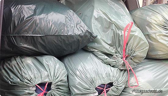 12 von 12 - Juli 2015 - 6 Säcke für den Kleidercontainer