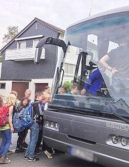 Klassenfahrt - Einsteigen in den Reisebus - 4. Klasse