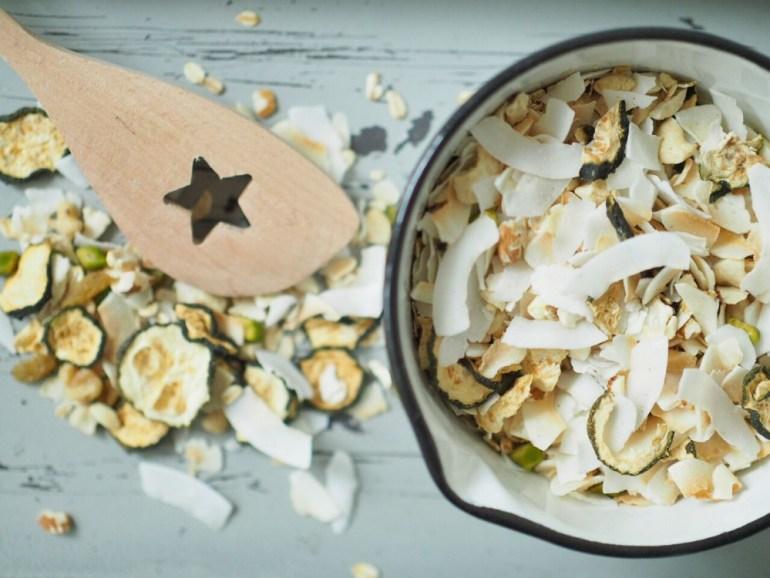 FEED YOUR FITNESS Sommer Granola mit Zuchhini und Kokos 2
