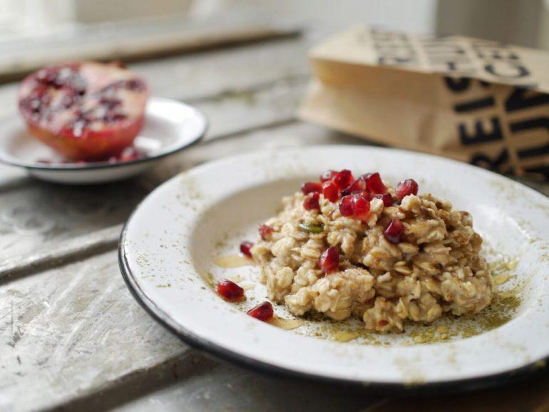 Teainfused Oatmeal mit Reistee, Granatapfel und Matcha