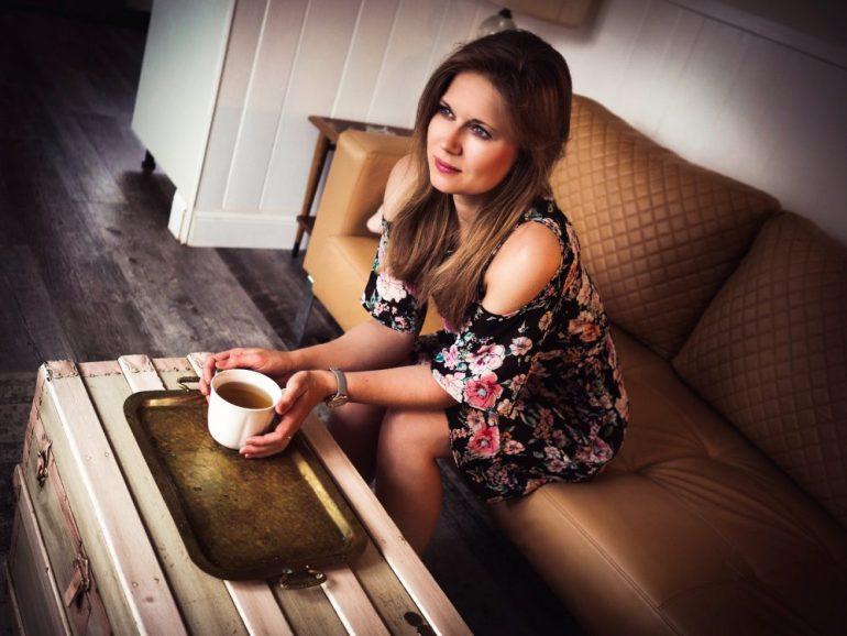 Portrait beim Tee trinken