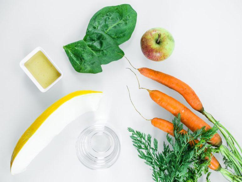 Zutaten für einen Möhren-Spinat-Smoothie