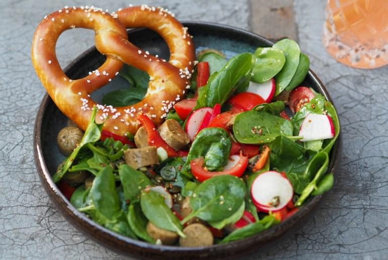 Veganer Weißwurst Salat mit Brezel