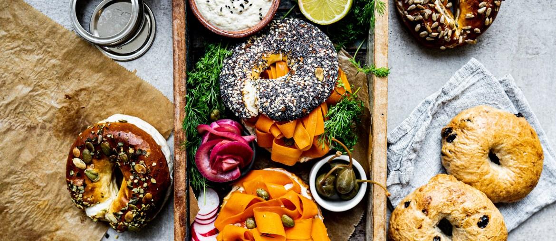 Rezept für veganen Karottenlachs-Bagel mit Frischkäse aus Cashewkernen auf lebensverliebt.de