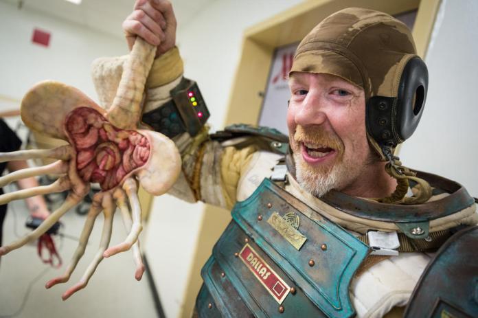 Gruesome. (2014). alien costume. [jpg]. Retrieved from http://i.imgur.com/GUjy460.jpg