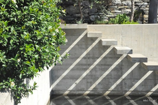 Villa-design-jolie-terrasse-deco-escalier-piscine
