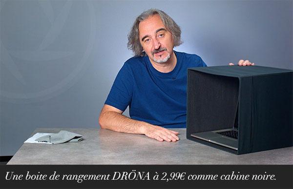 Une boite de rangement DRONA à 2,99€ comme cabine noire.