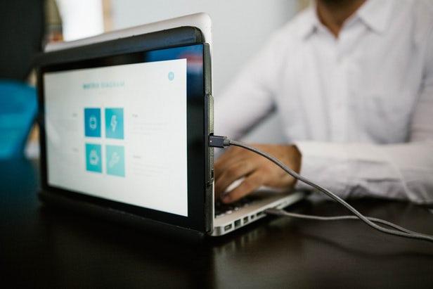 Duo ajoute un deuxième écran coulissant aux ordinateurs portables