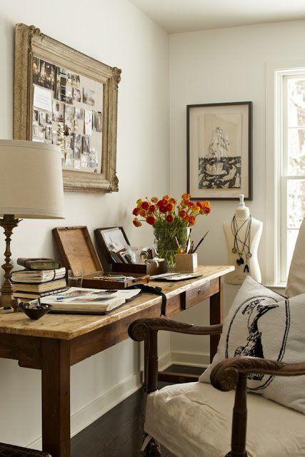 Bureau dans une pièce dédiée