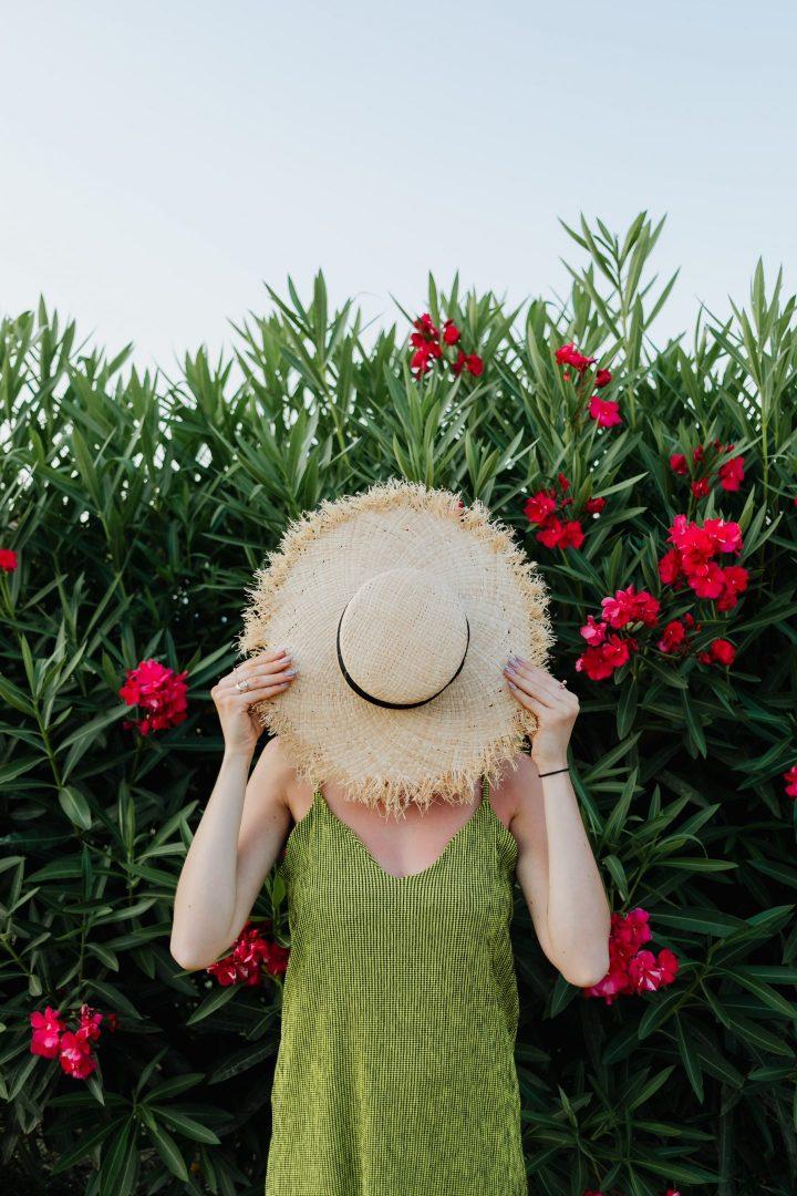 Femme sous un chapeau