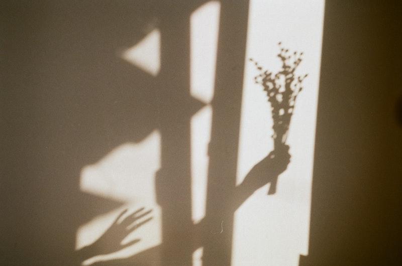 femme dans l'ombre d'un regard