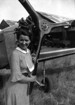 L'aviatrice française Maryse Hilsz (1901-1946) remporte plusieurs records féminins d'aviation pendant l'entre-deux-guerres. Ici en 1935 lors d'une tentative pour le record d'altitude